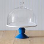 Jansen+co, Cake Stand mit Fuß in Blau und Glashaube