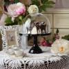 Baker Cake Stand in Black mit Glashaube, Imagefoto