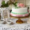 Hobnail Cake Stand in Amber Large mit Dekoration